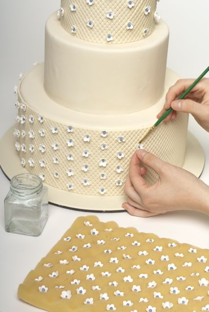 How Decorate Cake At Home : How to decorate a sweet wedding cake (really this is a ...